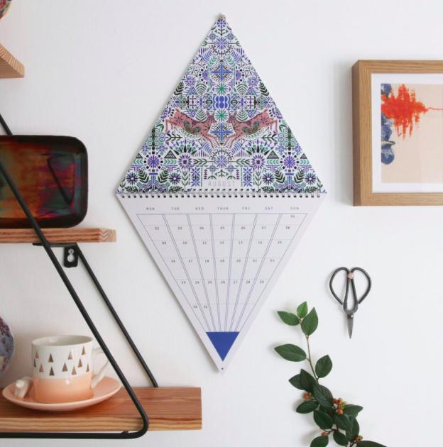 Imprimri calendario espiralado de pared troquelado forma triangular - 2021